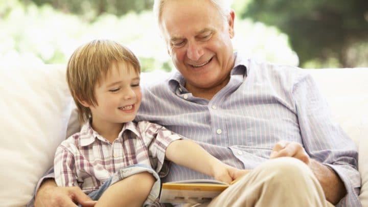 Un petit garçon demande sa pipe à son grand-père