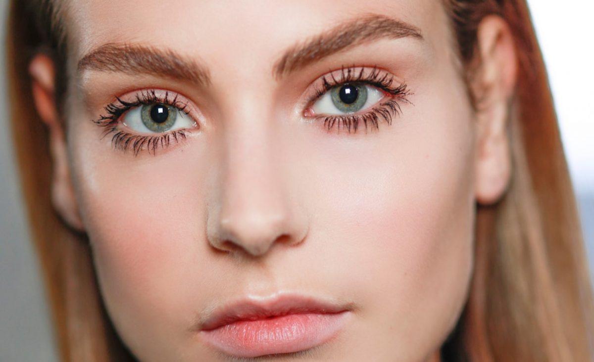 Qu'est-ce que le brow lift, la nouvelle tendance à adopter pour ses sourcils?