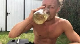 il-boit-3-litres-de-son-urine-tous-les-jours-et-aurait-des-resultats-exceptionnels-sur-sa-sante