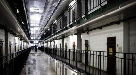 Un détenu mange le doigt d'un gardien de prison
