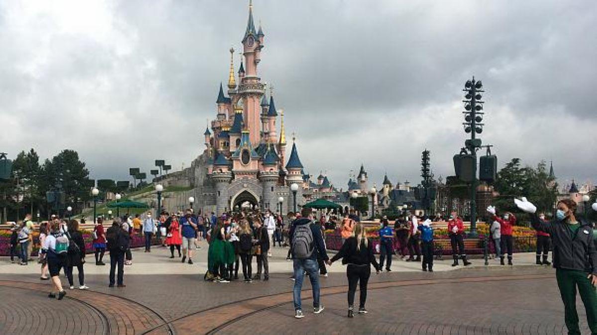 Ils signalent la présence d'un terroriste dans le parc Disneyland et ça tourne mal