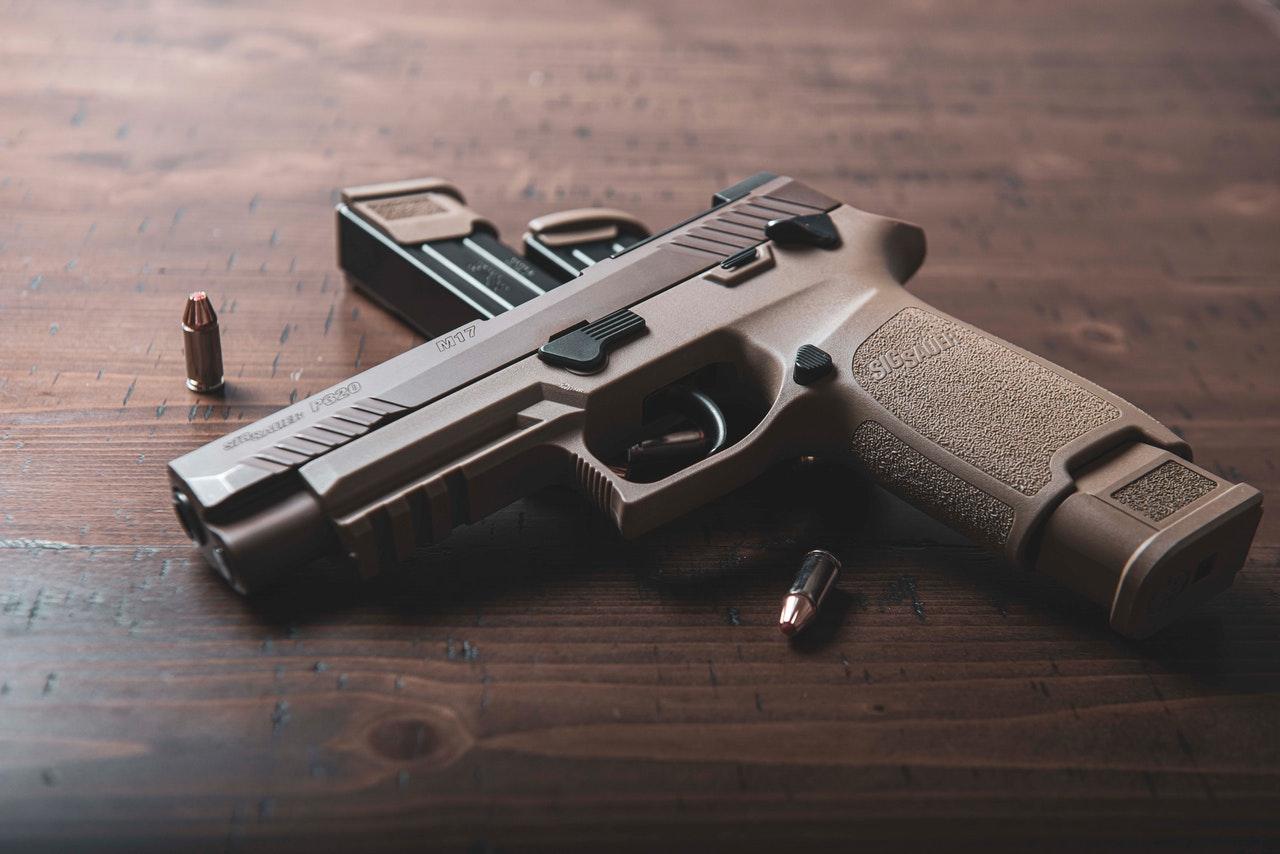 Un enfant de trois ans joue avec une arme et le pire arrive