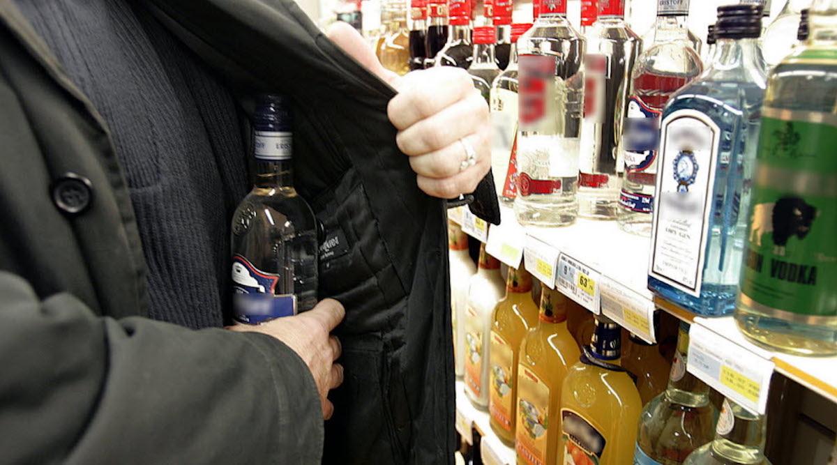 Pour voler des bouteilles d'alcool dans un hypermarché, ils utilisent une méthode très étonnante !