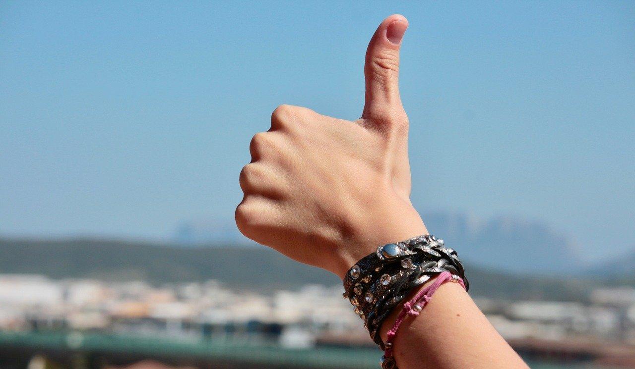 La façon dont vous croisez les doigts en dit long sur notre personnalité !