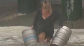 une Australienne se jette à l'eau pour récupérer des fûts de bière