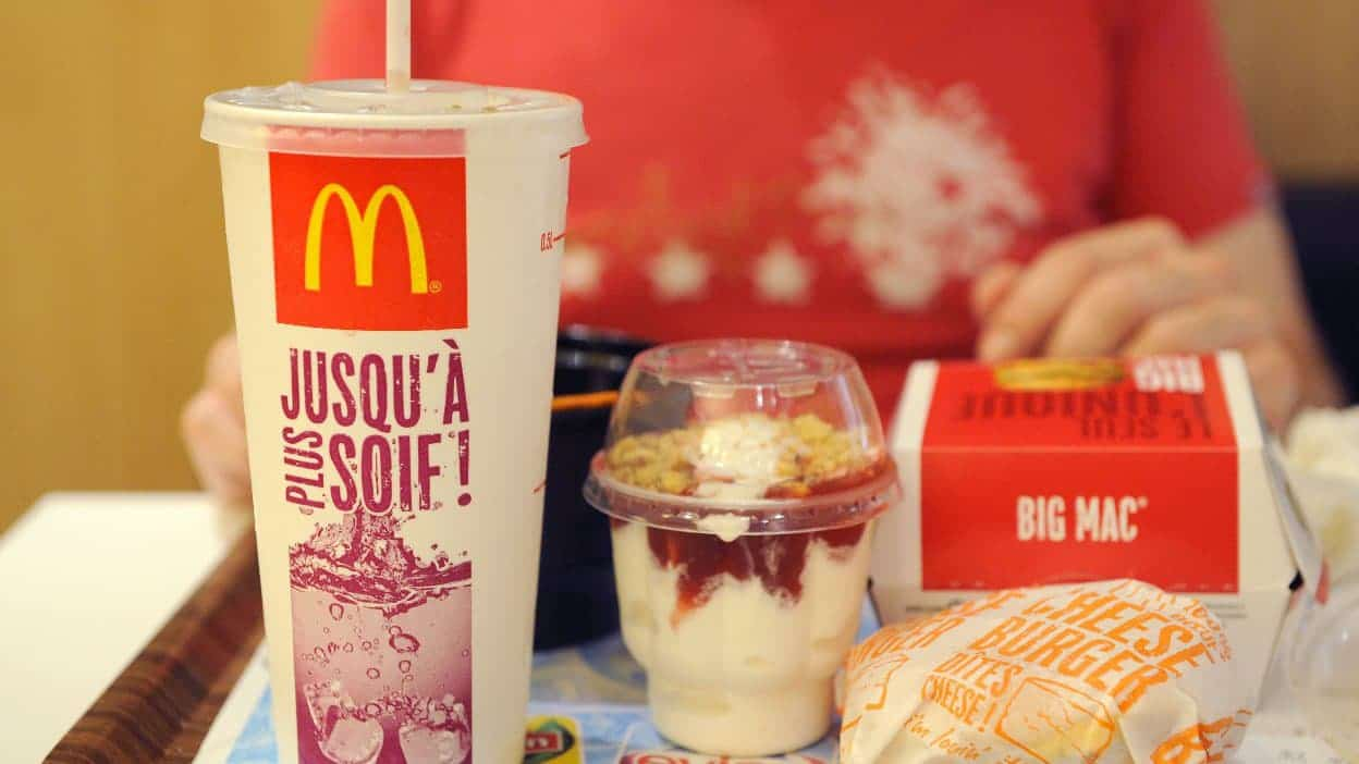 """Les employés de McDonald's partagent ce que signifient vraiment les """"boutons """" sur les couvercles des boissons"""