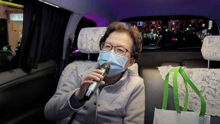 chauffeur de taxi offre la course à ses clients qui chante du karaoké