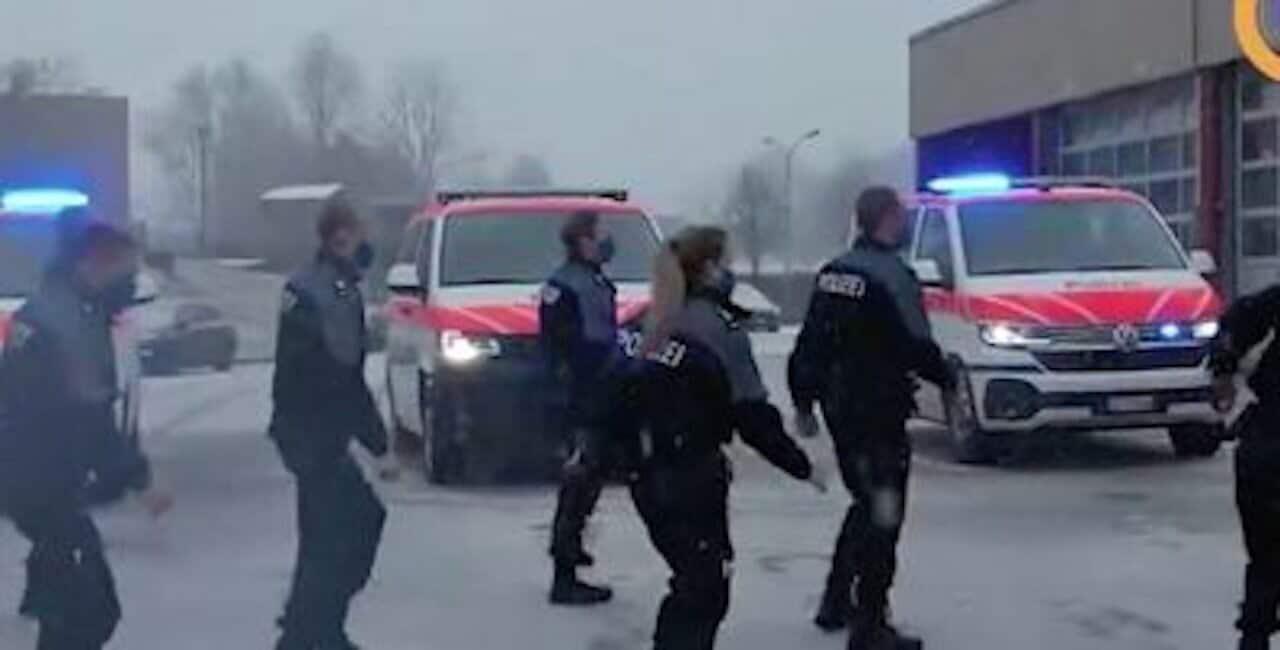 La police se déhanche sur le tube Jerusalema ! (Vidéo)
