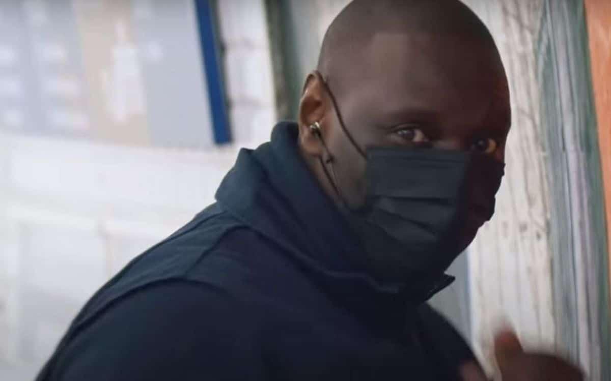 LUPIN : Au calme, Omar Sy fait la promotion de la série en collant une affiche dans le métro parisien… incognito ! (Vidéo)