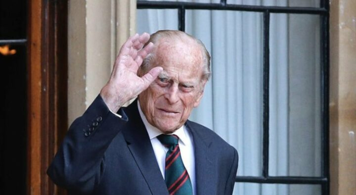Prince Philip hospitalisé, son fils ressort les larmes aux yeux