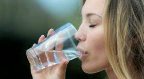 femme-boit-eau