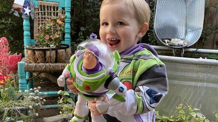 il oublie son jouet Buzz L'Éclair dans l'avion et on lui renvoie