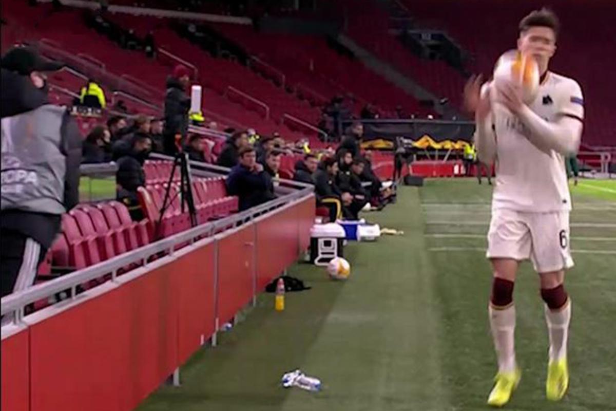 En plein match, un ramasseur de balle a violemment lancé le ballon sur un joueur de Rome ! (VIDEO)