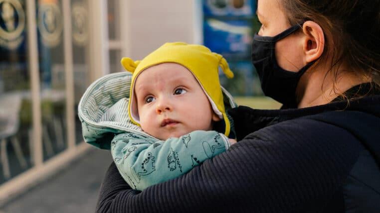 maman allaite bébé petit ami lui demande d'arrêter
