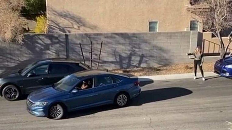 elle aide une femme à se garer mais il y a un retournement de situation