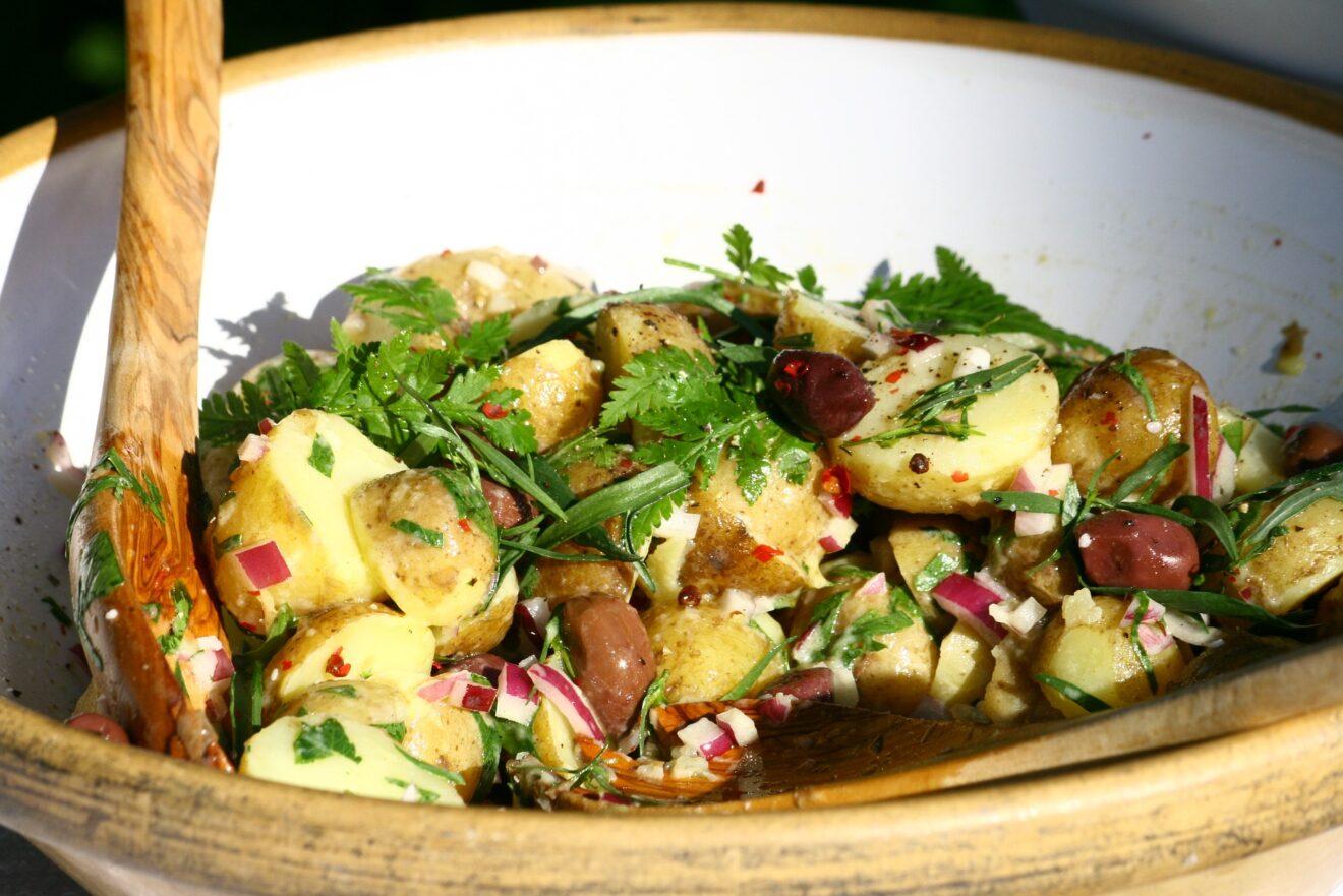 Recette de printemps : La salade de pommes de terre gourmande et familiale façon Cyril Lignac