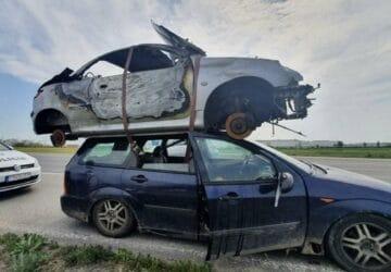 Une Peugeot sur le toit d'une Ford