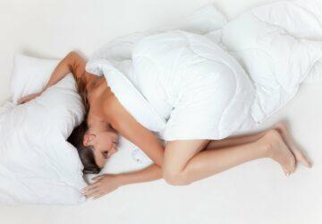 Pourquoi dort-on avec la couette même s'il fait super chaud