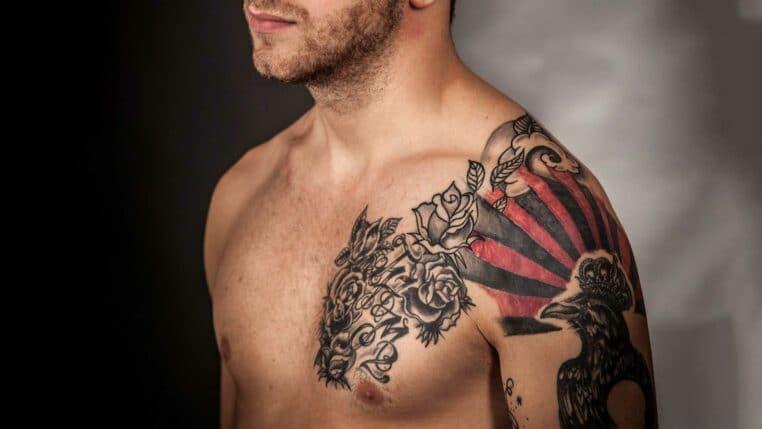 soldat condamné tatouage croix gammée testicule