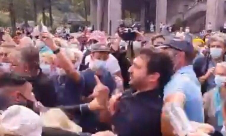 """Emmanuel Macron pris à partie à Lourdes par un homme qui lui crie """"honte à vous"""""""