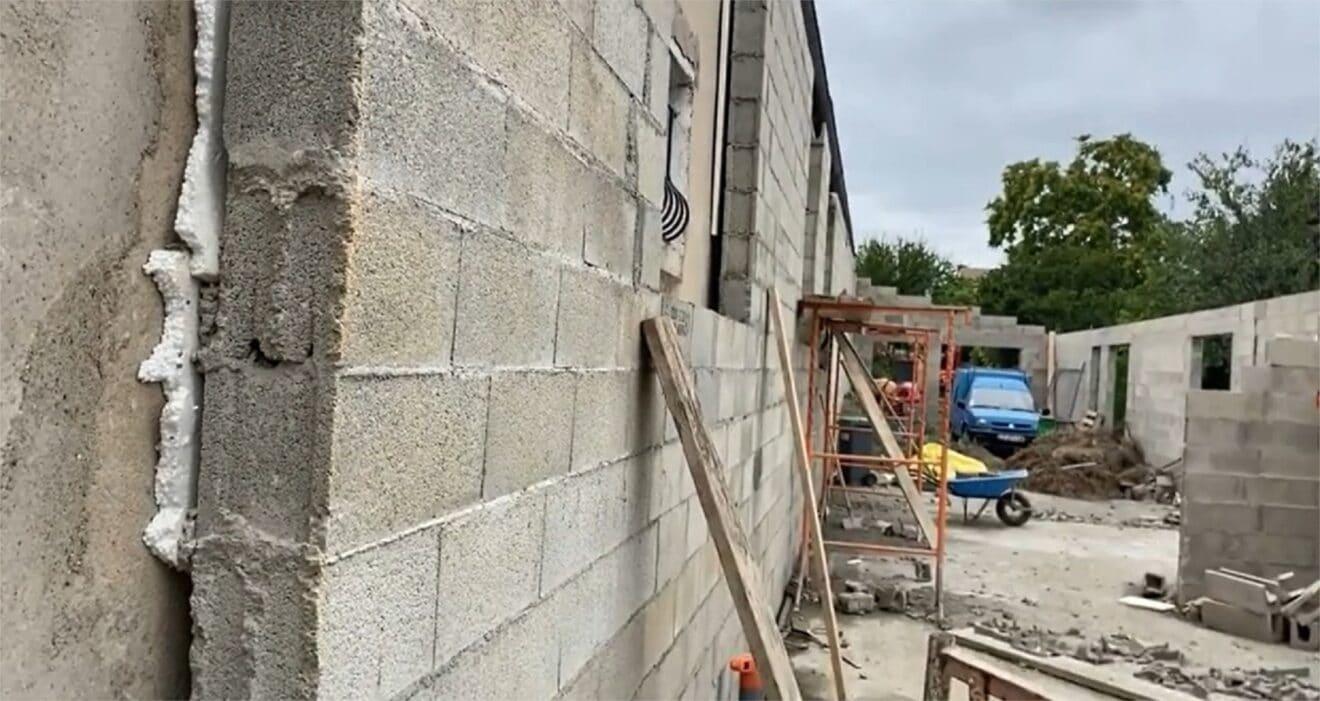 Enfer de voisinage : leur voisin a construit un mur…devant leur fenêtre !