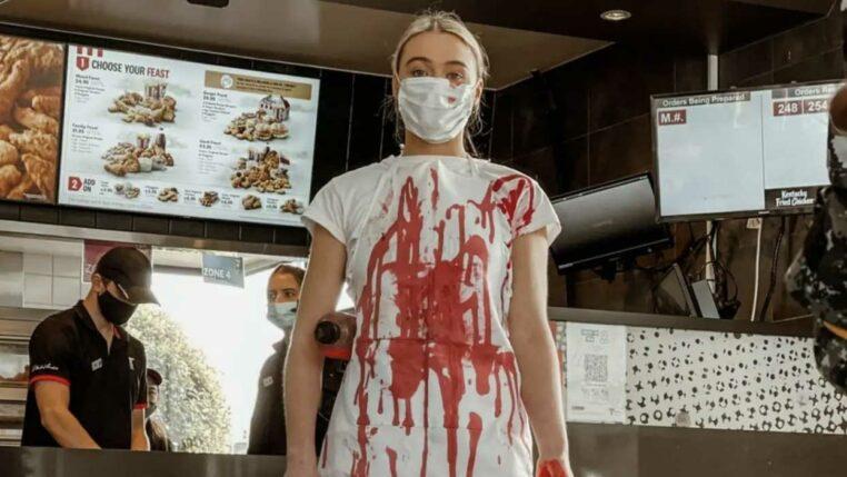 une activiste vegan asperge un KFC de faux sang
