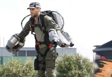 les policiers utilisent des jet packs