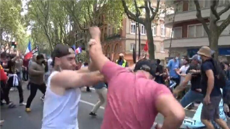 Découvrez en vidéo les images d'une extrême violence lors de la manifestation anti Pass Sanitaire. Des hommes ont été attaqués par des personnes armées de bâtons en pleine rue. Plusieurs blessés a déplorer !
