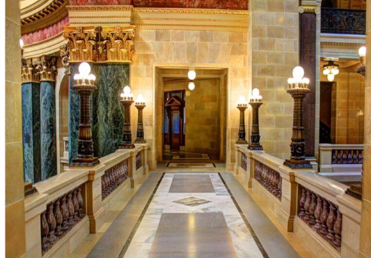 Malika, sans revenu, réside désormais le sublime hôtel 5 étoiles l'Opéra à Paris !