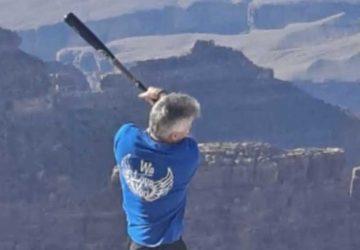 un homme frappe balle de baseball grand canyon