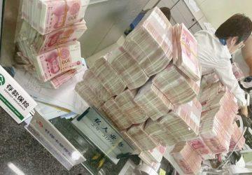 un chinois retire une fortune en liquide à la banque