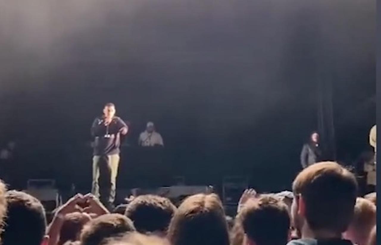 «Poto, laisse-la tranquille» : Ce rappeur interrompt son concert pour recadrer un spectateur (vidéo)