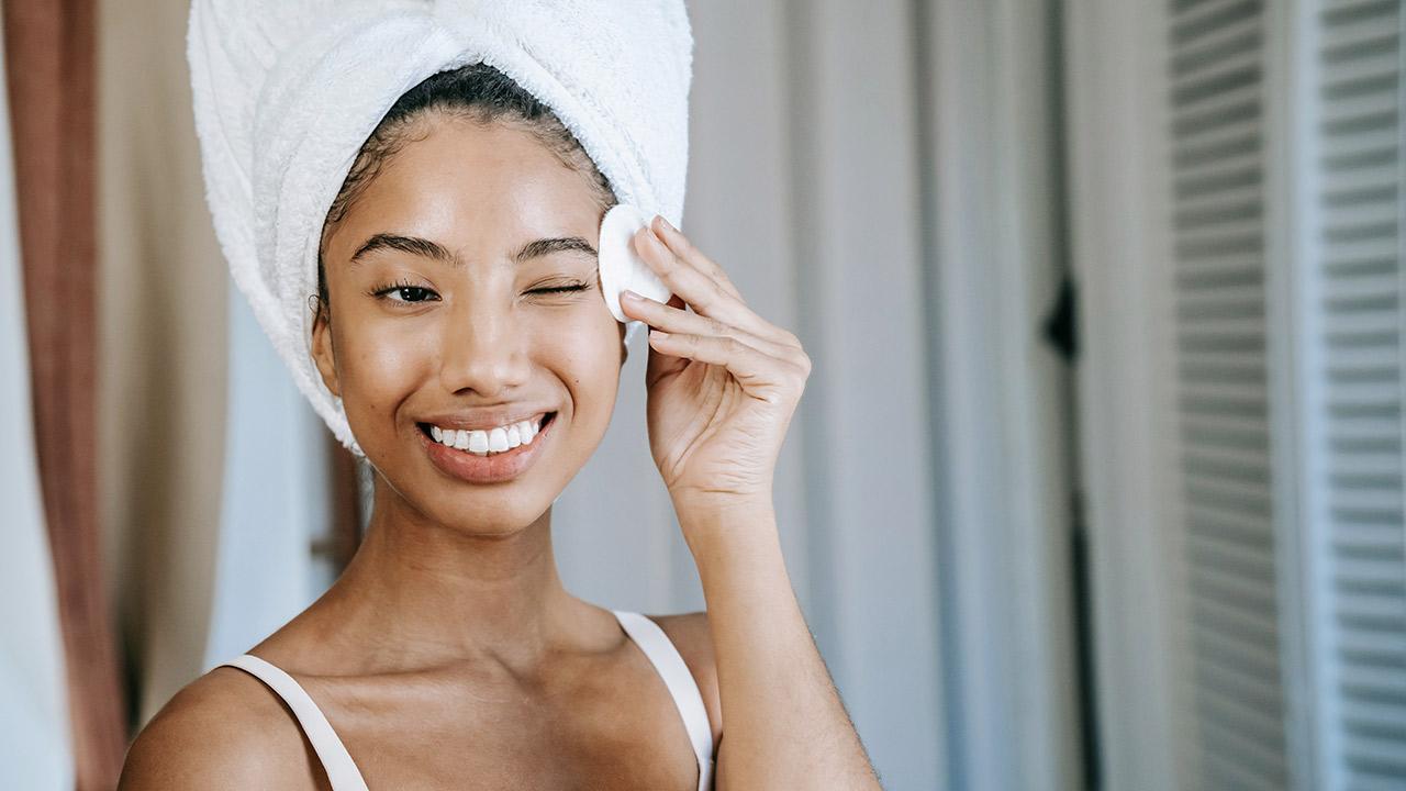Routine beauté : Quel est le meilleur moment pour laver votre visage ? Ce n'est pas celui que vous croyez